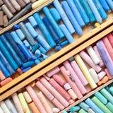 Yrkesmässiga mångfärgade pastellfärgade färgpennor i träkonstnär boxas Arkivbilder