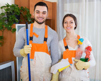 Yrkesmässiga rengöringsmedel med utrustning Royaltyfria Foton