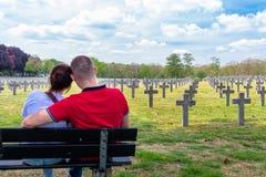 Ysselsteyn, Paesi Bassi - 23 maggio 2019 Una coppia i giovani che si siedono su un banco che esamina gli incroci concreti il Ce t fotografie stock libere da diritti