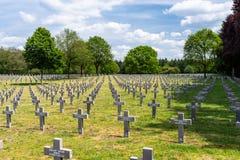 Ysselsteyn, Pays-Bas - 23 mai 2019 Beaucoup de petites, concrètes croix au cimetière allemand de guerre aux Pays-Bas avec le visi images stock