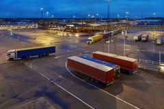 Ystad, Zweden die, vrachtwagens prom wachten in te gaan Stock Foto's
