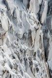 Ytbehandla hoariskristaller som bildas på rockface i vinter Arkivfoton
