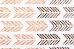 Ytbehandlar vita linjer för den bruna kraft motivdesignen modell sompapper för textiltapetmodell fyller räkningar, på halsduken f arkivbilder