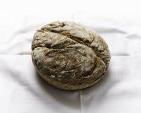 Żyto bochenek chleba wciąż życie na bielu stole Zdjęcie Royalty Free