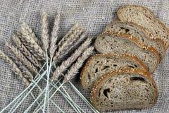 Żyto chleb i ucho stół Zdjęcia Stock