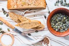 Żyto chleb z lnem i dyniowymi ziarnami, drożdże uwalnia, odgórny widok Fotografia Royalty Free