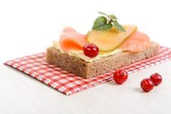 Żyto chleb z masłem, łososiem i kiszonym ogórkiem, Obraz Royalty Free