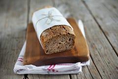 Żyto chleba bochenek z owsów, banatki i lna ziarnami, pokrajać Obrazy Stock