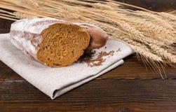 Żyto chleba bochenka cięcie w połówce z ziarnami i banatką Obraz Stock