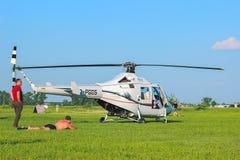 Žytomyr, Ucraina - 5 maggio 2015: Giovane che prende il sole alla concorrenza dell'elicottero Fotografia Stock Libera da Diritti