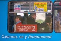 Žytomyr, Ucraina - 10 settembre 2014: Grande gruppo di persone che vanno in bus Fotografie Stock Libere da Diritti