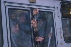 Žytomyr, Ucraina - 10 settembre 2014: Grande gruppo di persone che vanno in bus Immagine Stock Libera da Diritti