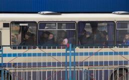 Žytomyr, Ucraina - 10 settembre 2014: Grande gruppo di persone che vanno in bus Fotografie Stock