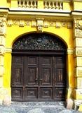 Ytterdörr av historiebyggnad i Banska Stiavnica, Slovakien arkivbild