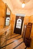 Ytterdörr och hall royaltyfria bilder