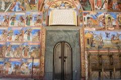 Ytterd?rren av kyrkan i den Rila kloster, Bulgarien Religi?sa frescoes p? bibelavhandlingarna arkivbilder