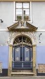 Ytterdörren till det gamla huset royaltyfri fotografi