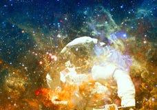 ytterkant avstånd för astronaut Beståndsdelar av denna avbildar möblerat av NASA royaltyfria bilder