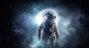 ytterkant avstånd för astronaut Blandat massmedia Blandat massmedia royaltyfri bild