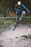 Ytterlighet för cyklist för sportloppberg och roligt sluttande spår royaltyfri bild