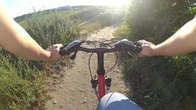 Ytterlighet som kör på cykeln stock video