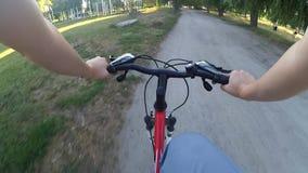 Ytterlighet som kör på cykeln arkivfilmer
