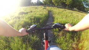Ytterlighet som kör på cykeln lager videofilmer
