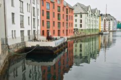 Yttersida av Alesund de historiska byggnaderna i Alesund, Norge Royaltyfria Bilder