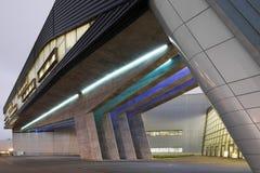 Yttersida av BMW Cenral byggnad på en ljus molnig dag Royaltyfria Bilder