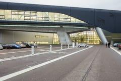 Yttersida av BMW Cenral byggnad på en ljus molnig dag Royaltyfri Foto