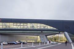 Yttersida av BMW Cenral byggnad på en ljus molnig dag Royaltyfri Fotografi