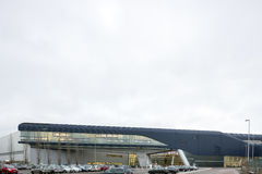 Yttersida av BMW Cenral byggnad på en ljus molnig dag Arkivbild