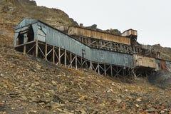 Yttersida av de övergav arktiska kolgruvabyggnaderna i Longyearbyen, Norge Arkivfoton