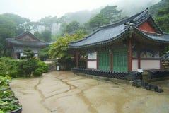 Yttersida av de Jeondeungsa tempelbyggnaderna på en regnig dag i Incheon, Korea Royaltyfria Bilder