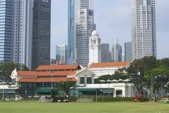 Yttersida av de koloniala byggnaderna och den moderna arkitekturen i Singapore Royaltyfria Foton