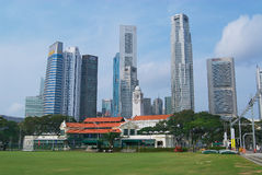 Yttersida av de koloniala byggnaderna och den moderna arkitekturen i Singapore, Singapore Arkivfoton