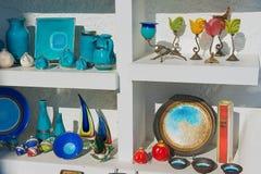 Yttersida av de traditionella souvenirna från den Santorini ön i Oia, Grekland Arkivfoto