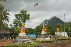 Yttersida av de tre pagoderna på passerandet för tre pagoder i Sangklaburi, Thailand Arkivfoton