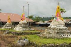Yttersida av de tre pagoderna på passerandet för tre pagoder i Sangklaburi, Thailand Royaltyfri Bild
