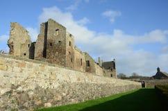 Yttersida av den Aberdour slotten Royaltyfri Foto