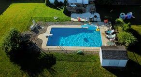 yttersida av den blåa simbassängen, bakgrund av vattensimbassängen Royaltyfri Bild