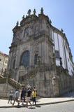 Yttersida av den Clerigos kyrkan Arkivfoton