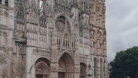 Yttersida av den främre fasaden av den Rouen domkyrkan med lättnadsskulpturer, i Rouen, Frankrike fotografering för bildbyråer