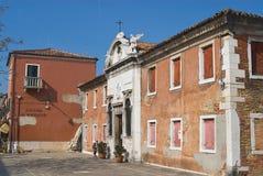 Yttersida av den gamla övergav byggnaden med att förfalla fasaden i Murano, Italien Arkivbild