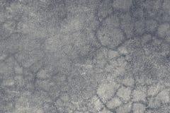 Yttersida av den gamla gråa betongväggen med band, textur, bakgrund arkivbild