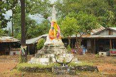 Yttersida av den gamla pagoden på de tre pagoderna passerar i Sangklaburi, Thailand Royaltyfri Bild
