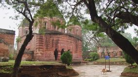 Yttersida av den härliga Pancharatna Govinda hinduiska templet i Puthia, Bangladesh stock video