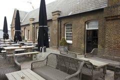 Yttersida av den historiska baren för visartavlabåge i London Arkivbilder
