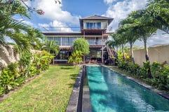 Yttersida av den lyxiga Bali villan arkivbilder