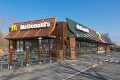 Yttersida av den moderna restaurangen för fastfood för Mc Donald ` s med drev-till och med Arkivfoton
